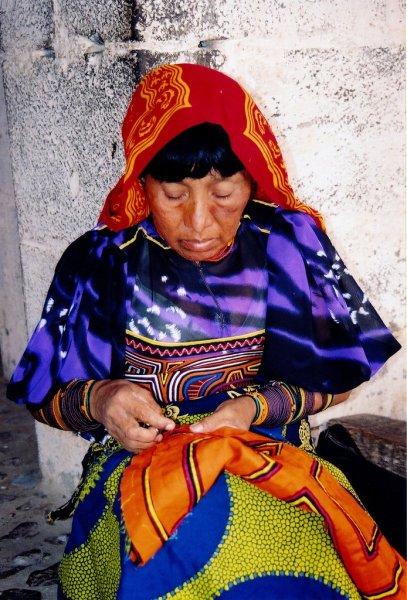 Kuna_Woman_sewing